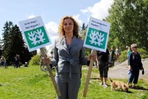 Kari Jacquesson demonstrerer mot skulpturpark